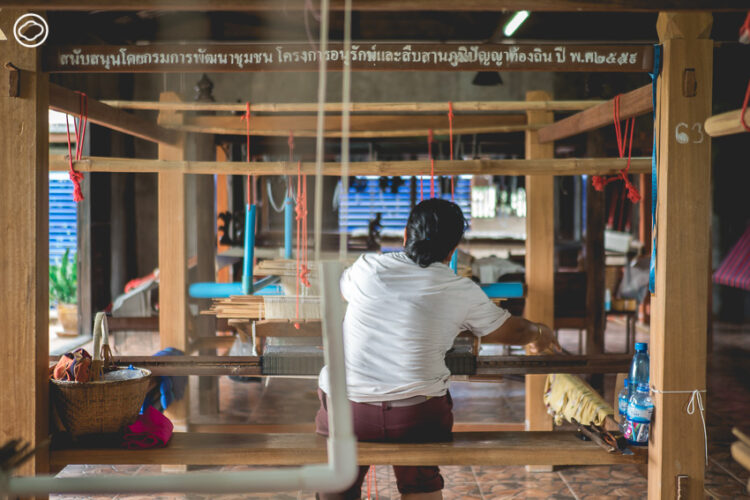 กลุ่มทอผ้าโบราณบ้านโนนกอก, ชุมชนตำหูกที่ย้อมสีผ้าด้วยดอกบัว