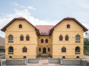 10 สถานที่เก่าแก่คู่จังหวัดอุดรธานี ตั้งแต่ร้านส้มตำ ศาลเจ้า จนถึงค่ายทหารสงครามเย็น