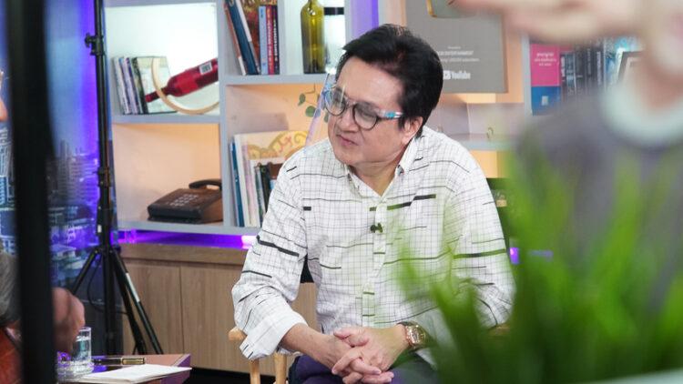 เส้นทางกว่า 30 ปีของ 'วิทวัจน์ สุนทรวิเนตร์' พิธีกรผู้บุกเบิกวาไรตี้ทอล์กโชว์เมืองไทย ชื่อสั้น : โลกทีวีของวีที