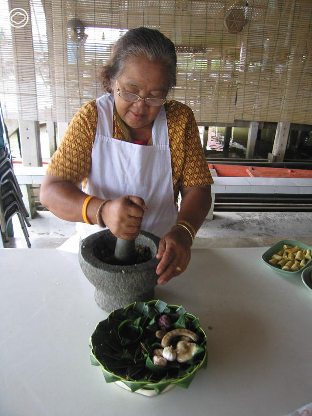 น้ำพริก ขนมจีนแกงไก่ ขนมไทย ผลไม้ และสารพัดของกิน จากครัวสามัคคีงานกฐินในความทรงจำ